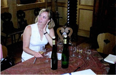 Stipendiaten tillika artikelförfattaren själv, Carolina Soudah, provar vin under sin resa till Alsace.