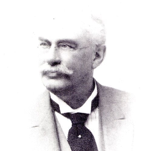 Carl Hjalmar »Charles« Huss 1851–1927, tabell 77 i Vi Hussar I. Verksam som bland annat, apotekare, fabriksägare och skeppsmäklare i Cardiff.