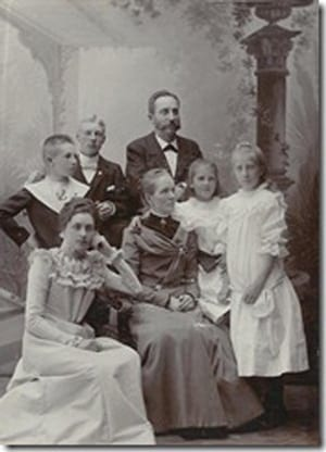 Familjen hos fotografen Lydia och Magnus har samlat barnen omkring sig.  Fotot togs 1902, det år då Magnus fyllde 50 år.