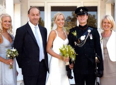 Bröllop. Charlotte Jones gifter sig med Sam Branston. Längst till höger står Louise Hedberg, brudens mor; hennes man Michael står till vänster om bruden. Den fjärde personen på bilden är Annika, brudens syster. Bilden togs i september 2009 på Isle of Wight, England.