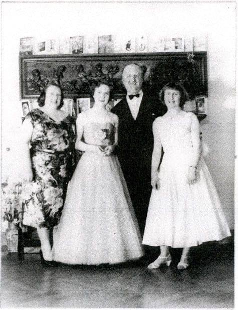 Mai Huss 1905–, tabell 78 i Vi Hussar I. Dotter till Elsa och Thomas Huss. Övriga på bilden: Reginald Ebbet, Vanessa Leon och Judy Leon.