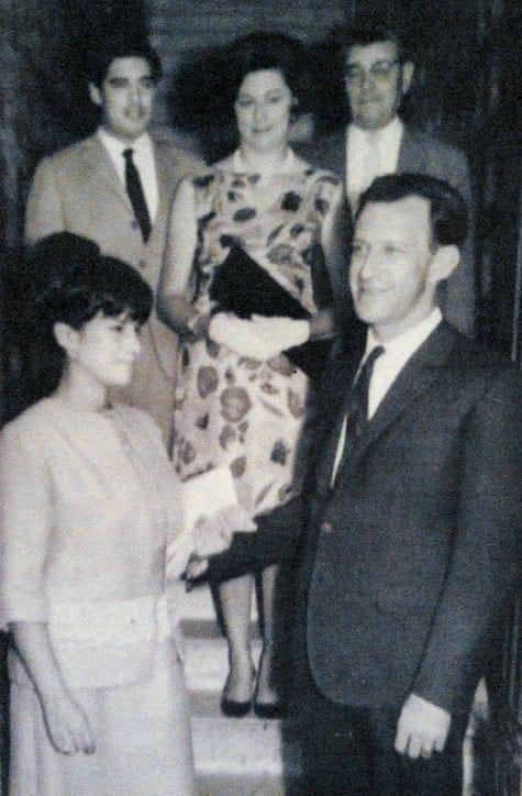 Milma Rivarola gifter sig med Jorge Huss. Margarita Rosa Huss står bakom brudparet. De två männen hör till Milmas släkt.
