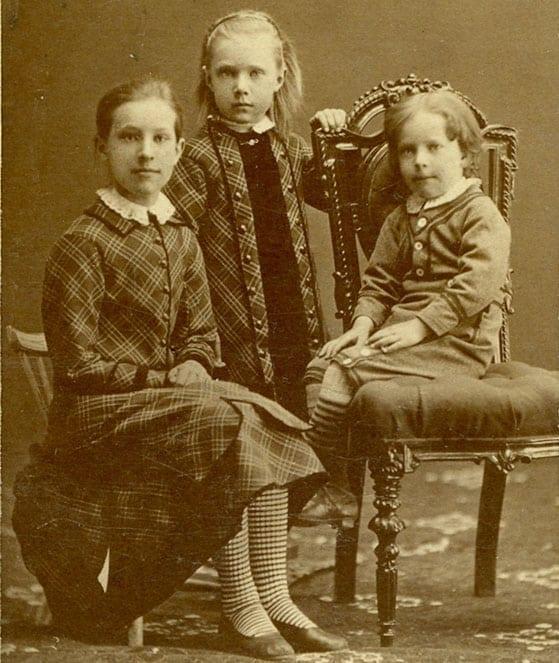 Signe Huss 1868–1930, Anny Huss 1874–1968 och Harald Huss 1875–1959, tabell 232, 260, 290 och 300. Barn till Magnus Huss i hans äktenskap med Fanny Huss född Grape.