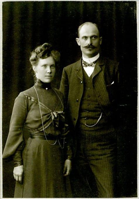 Anny Huss gift 1904 i Stockholm med Erik Bondeson 1868–1956, tabell 290. Läroverksadjunkt.