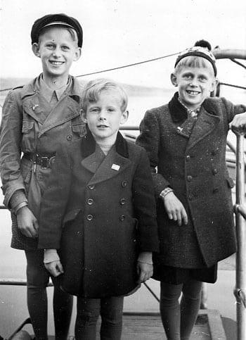 Brödratrion. Pojkarna är på väg med båt till Alnön för att göra ett besök på den norska flyktingförläggningen. Bilden är från 1943. Lars står längst till vänster, och sedan är det Per Olof och Göran.