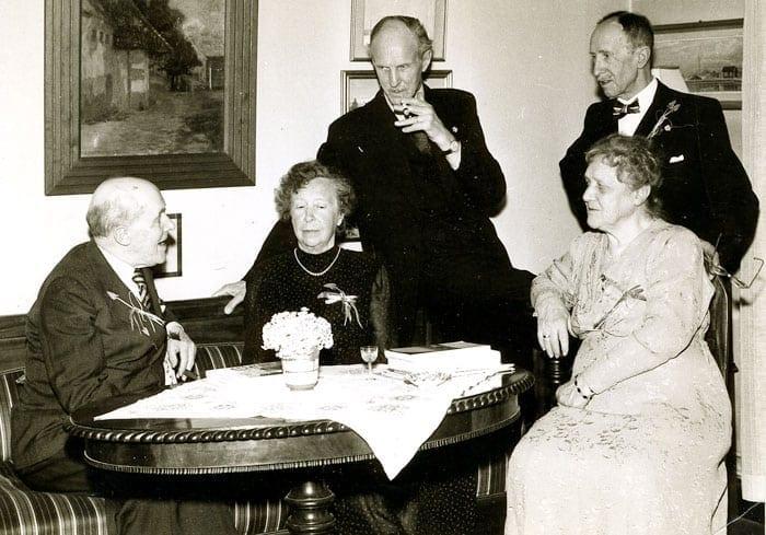 Från vänster på bilden: Harald Huss, Alida »Maja« Huss, Arvid Huss, Ivar Huss och Anny Bondeson.  Bilden togs 1950 när Harald Huss fyllde 75 år.